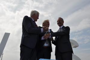 Minister Kamp opent grootste nearshore windpark van Nederland.
