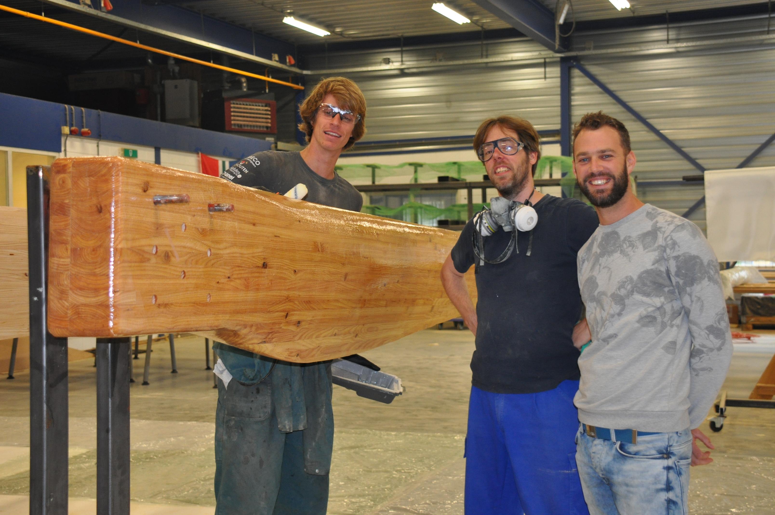 Een vriendengroep afgestudeerden van de Universiteit Twente starten windmolenfabriek in Hoogezand.