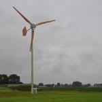 15m hoge windmolen met houten bladen concurreert met zonnepanelen