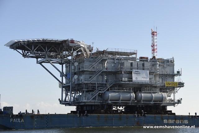 Sleepboot Mutratug 29 kwam de Eemshaven binnengevaren om de installatie en transport van het topside platform te bewerkstelligen.