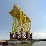 Het onderstel van het 1e platform van TenneT voor windpark Borssele staat