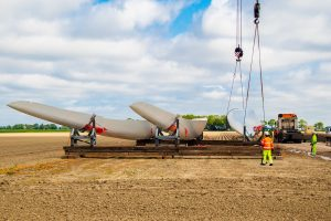 Eerste windturbine Windpark Wieringermeer staat