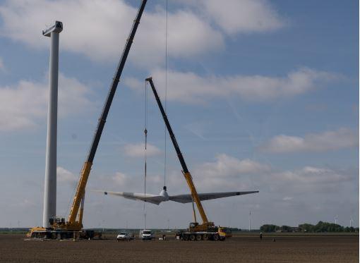 Eerste windturbine Windpark Zeewolde afgebroken