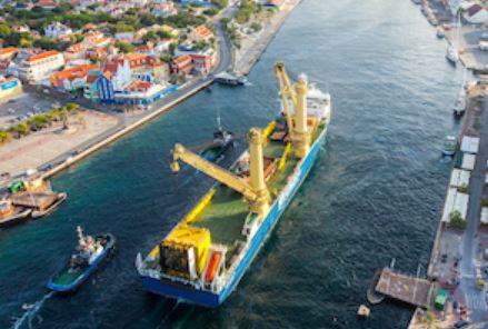 Jumbo helpt DEME Offshore bij fundatietransport voor Engels offshore windpark