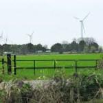 Vier windmolens en een zonneveld op de Koningspleij