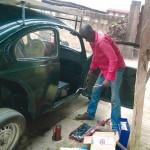 Nigeriaan bouwt VW Kever op windenergie