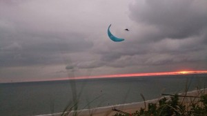 Paraglider Patrick Kapel voor Nederlandse kust in actie