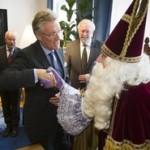 Sinterklaas overhandigt petitie