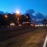 Vrachtwagen met molenwiek strandt op snelweg